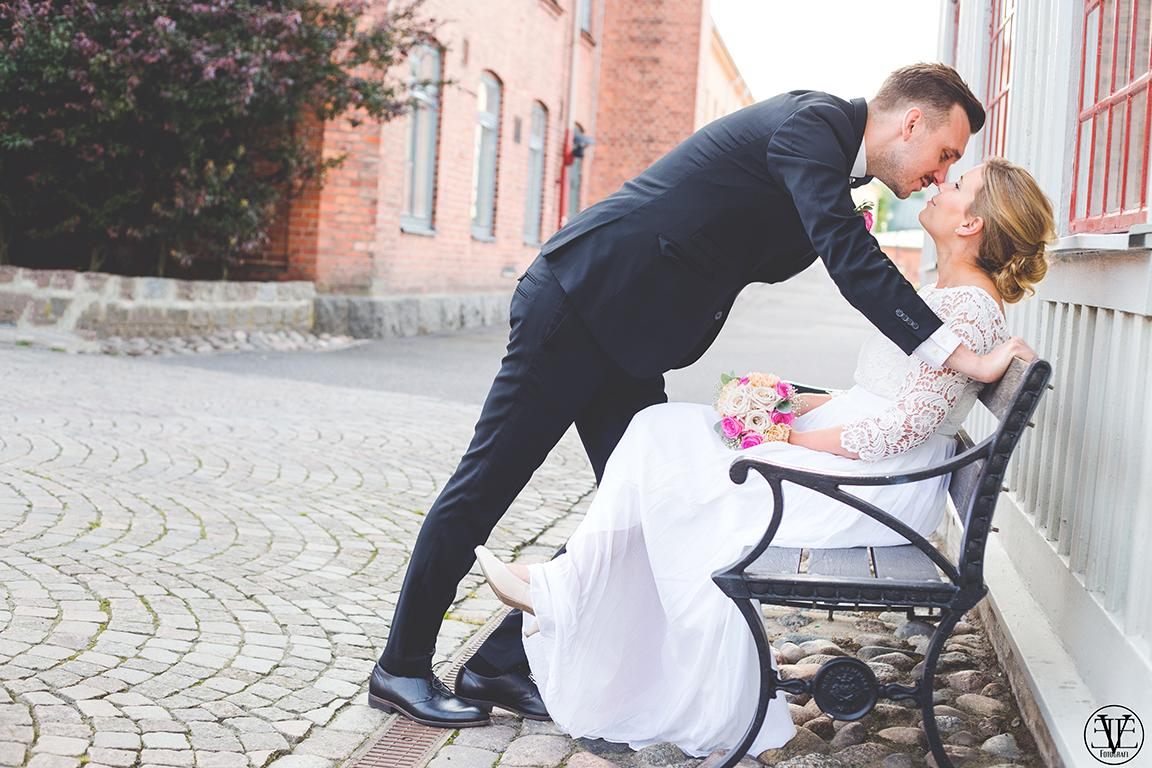 Brudparet på tändsticksområdet i jönköping, Fotograf Evelina Eklund Hassel i Jönköping och Karlstad