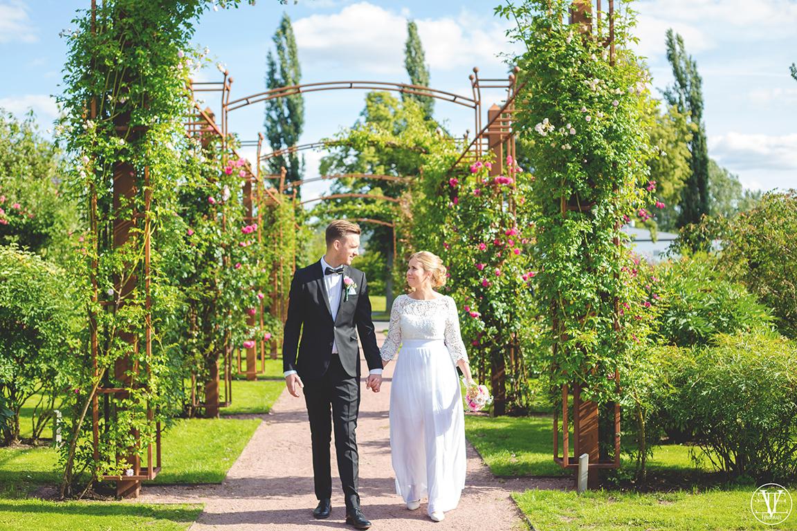 Brudparet i Rosariet i Jönköping, Fotograf Evelina Eklund Hassel i Jönköping och Karlstad